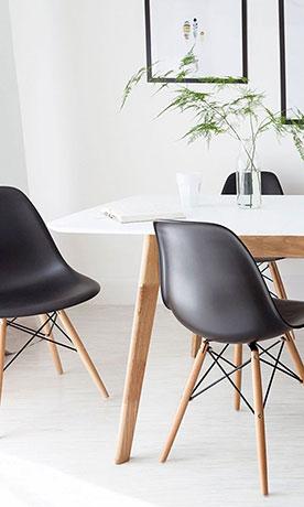 Cadeiras com pés de madeira