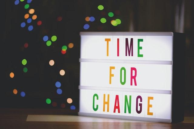 Imagem de placa luminosa com a inscrição time for change (tempo para mudança)