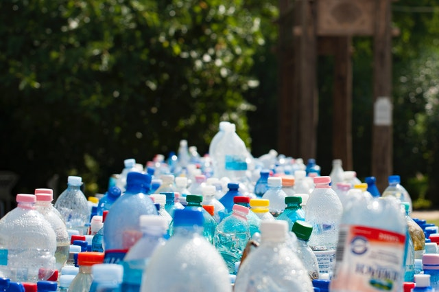 Imagem de um monte de garrafas PET