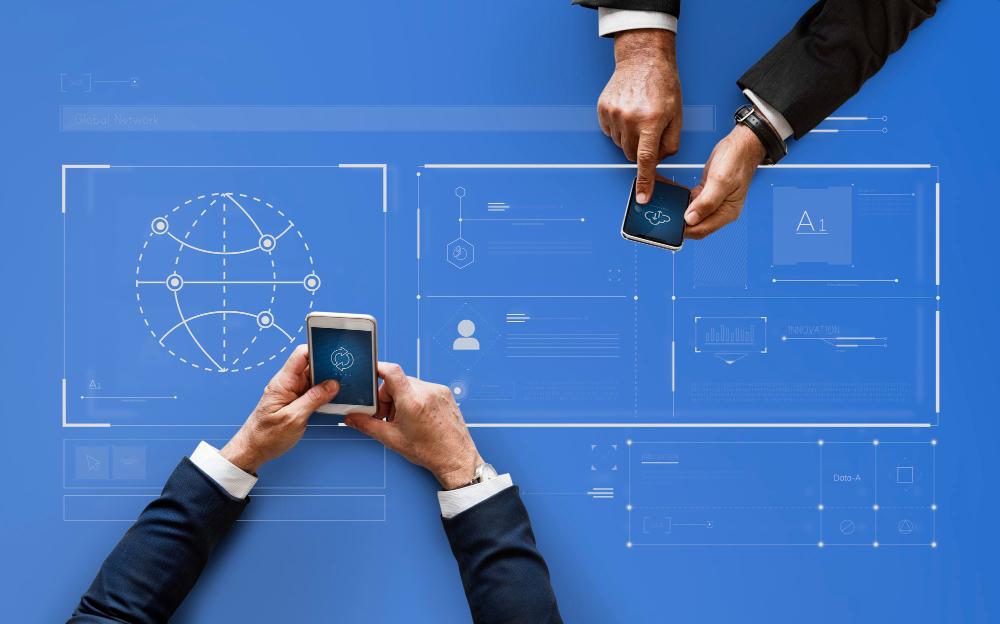 Imagem de dois homens com celular carregando arquivos em nuvem