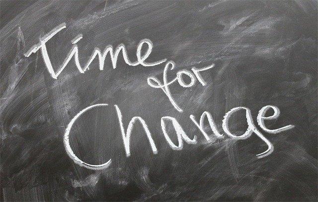imagem de lousa escrito time for change, em português, tempo para mudar